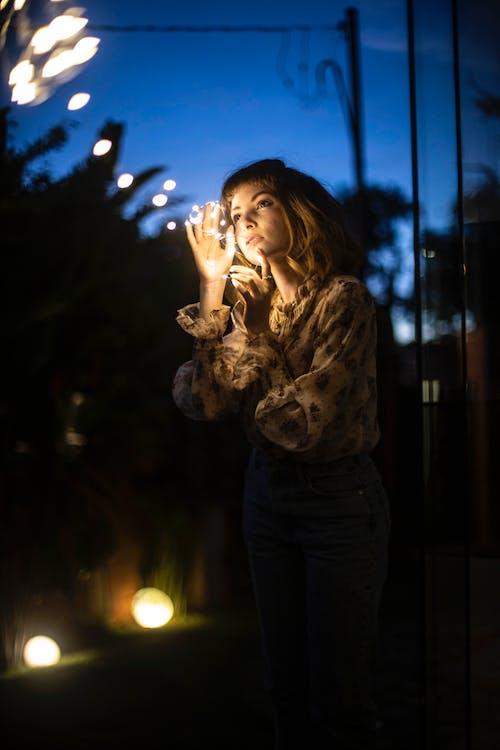 Foto stok gratis bagus, kaum wanita, keindahan, lampu senar