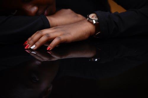 Δωρεάν στοκ φωτογραφιών με αντανακλάσεις, μαύρο μακρύ μανίκι, πορτραίτα, χέρι