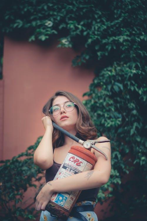 Ingyenes stockfotó felnőtt, nő, poroltó, póz témában