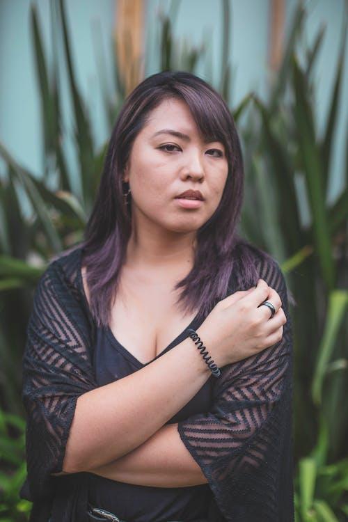 aşındırmak, aşınmak, Asyalı kadın, giyinmek içeren Ücretsiz stok fotoğraf