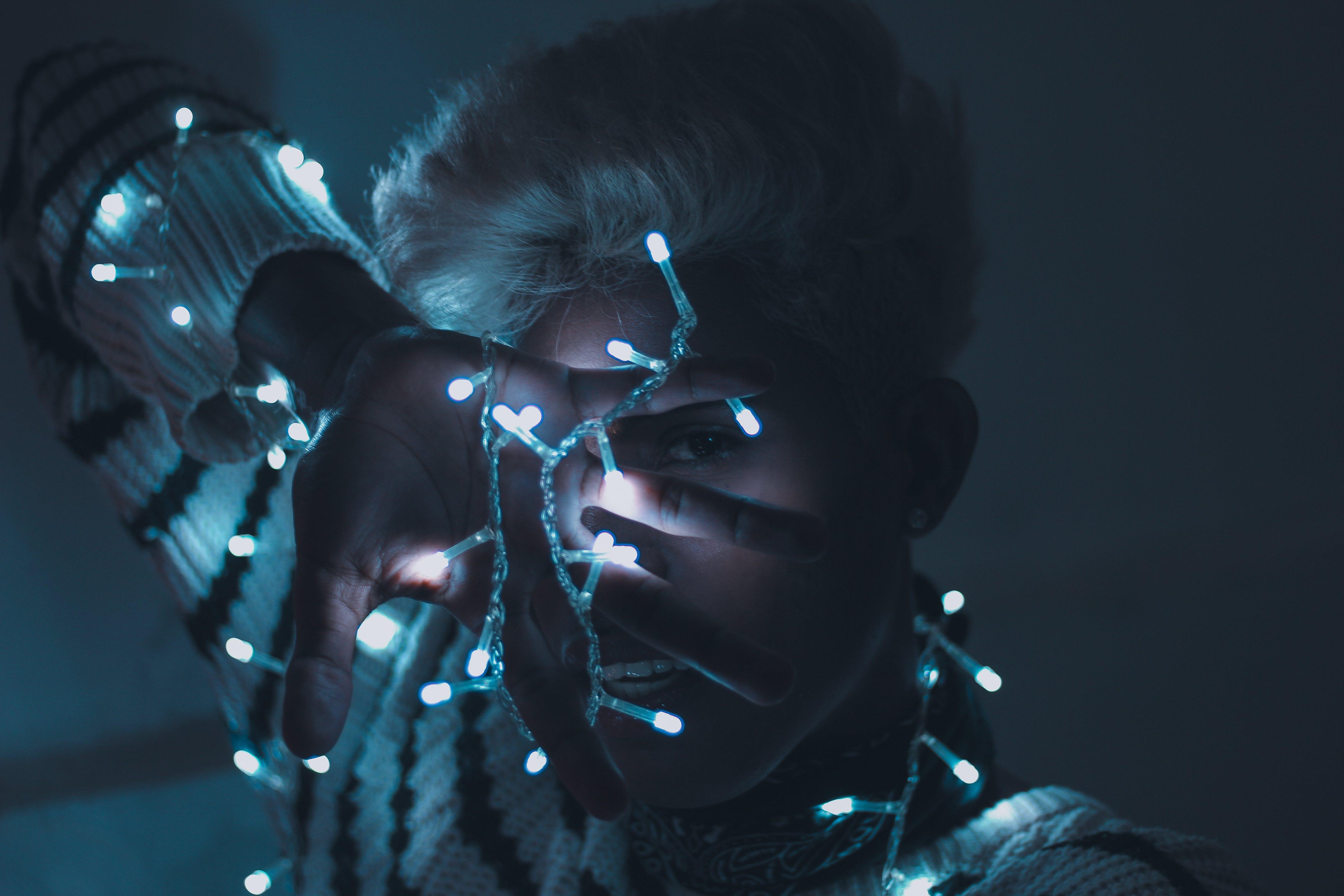 Kostenloses Stock Foto zu beleuchtet, beleuchtung, frau, lichterketten