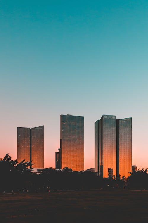 Les Immeubles De Grande Hauteur Sous Le Ciel Bleu
