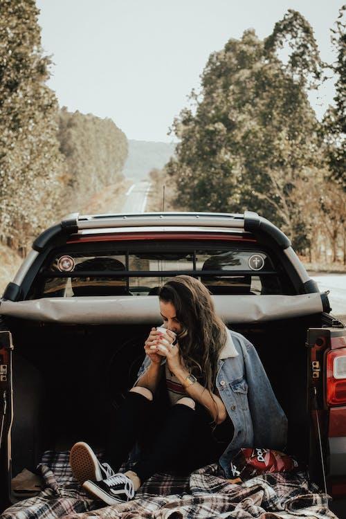 Photos gratuites de automobile, boire, femme, individu