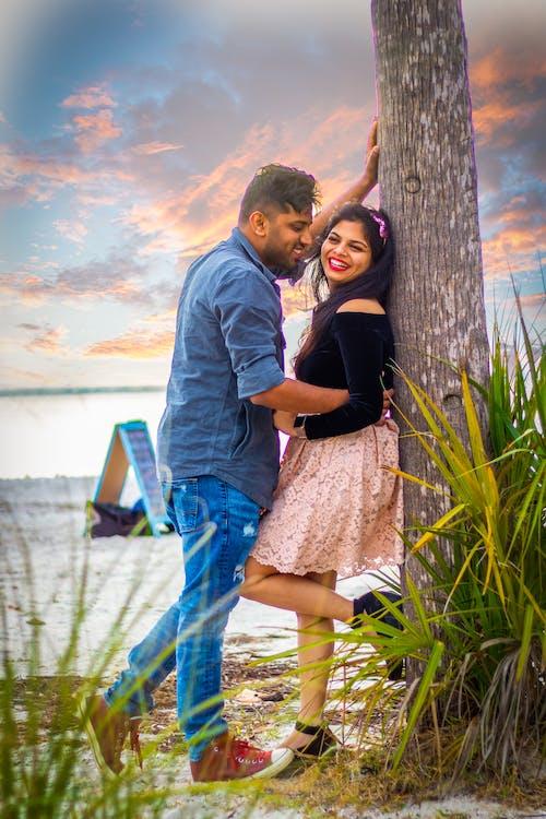 Бесплатное стоковое фото с prewedding, интимный, пара, улыбаться