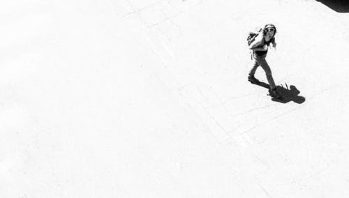Kostnadsfri bild av människor som går, skugga, svartvitt