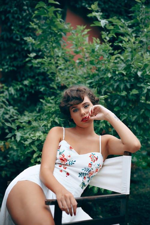 休閒, 可愛, 坐, 女人 的 免费素材照片