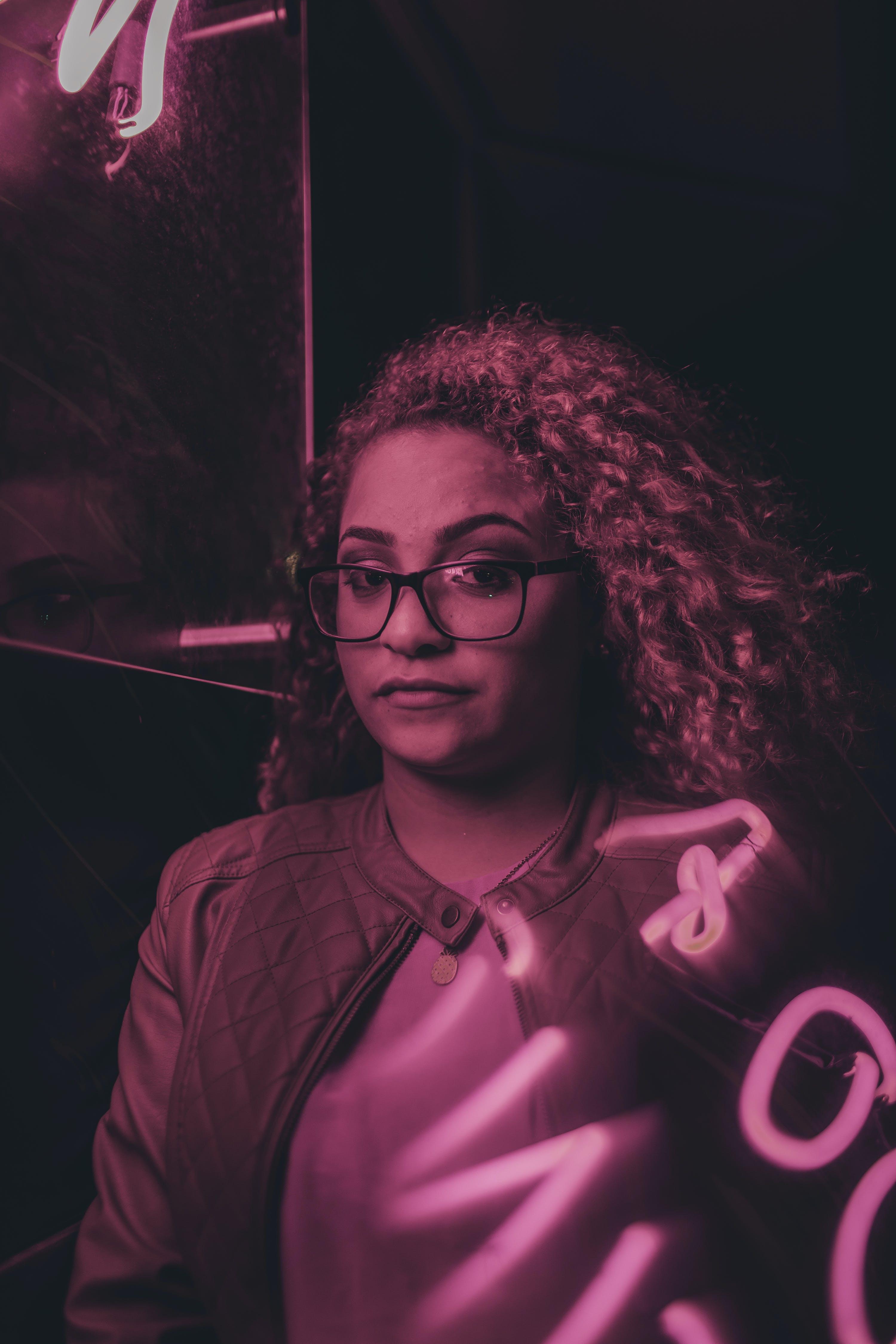 Gratis arkivbilde med kvinne, neon, neonlys, neonskilt