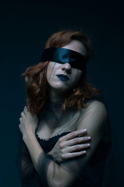Безкоштовне стокове фото на тему «дорослий, жінка, моторошний, носити»