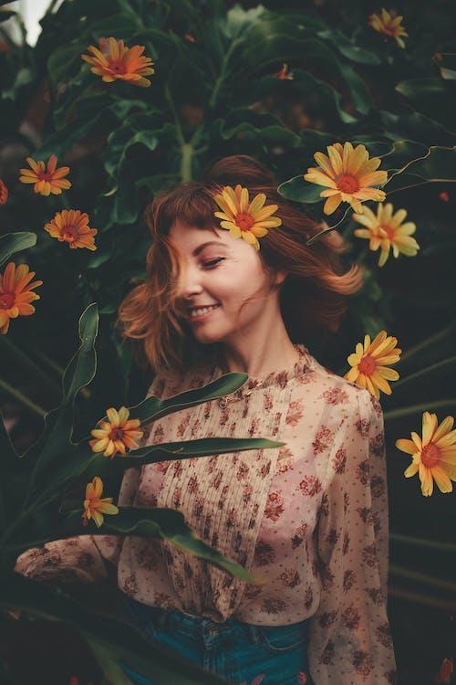 Kostnadsfri bild av ansikte, ansiktsuttryck, blommar