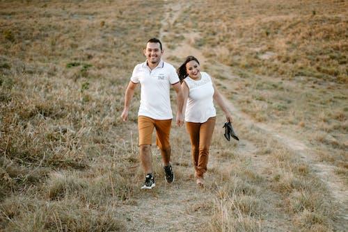 Fotos de stock gratuitas de adultos, amor, campo, césped
