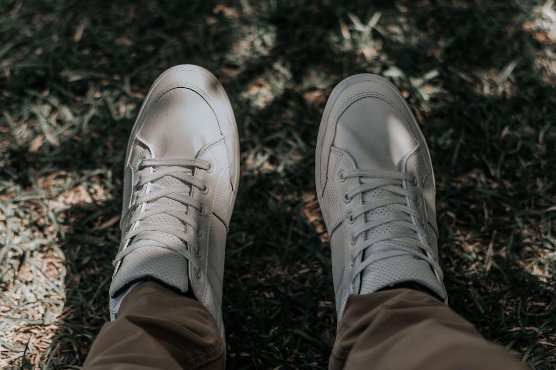 คลังภาพถ่ายฟรี ของ รองเท้า, รองเท้าผ้าใบ, รองเท้าสีขาว