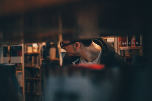 Kostenloses Stock Foto zu alte bücher, bibliothek, mensch