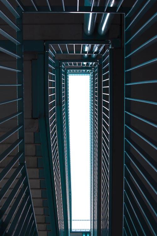 Kostenloses Stock Foto zu architektur, aufnahme von unten, froschperspektive, geländer