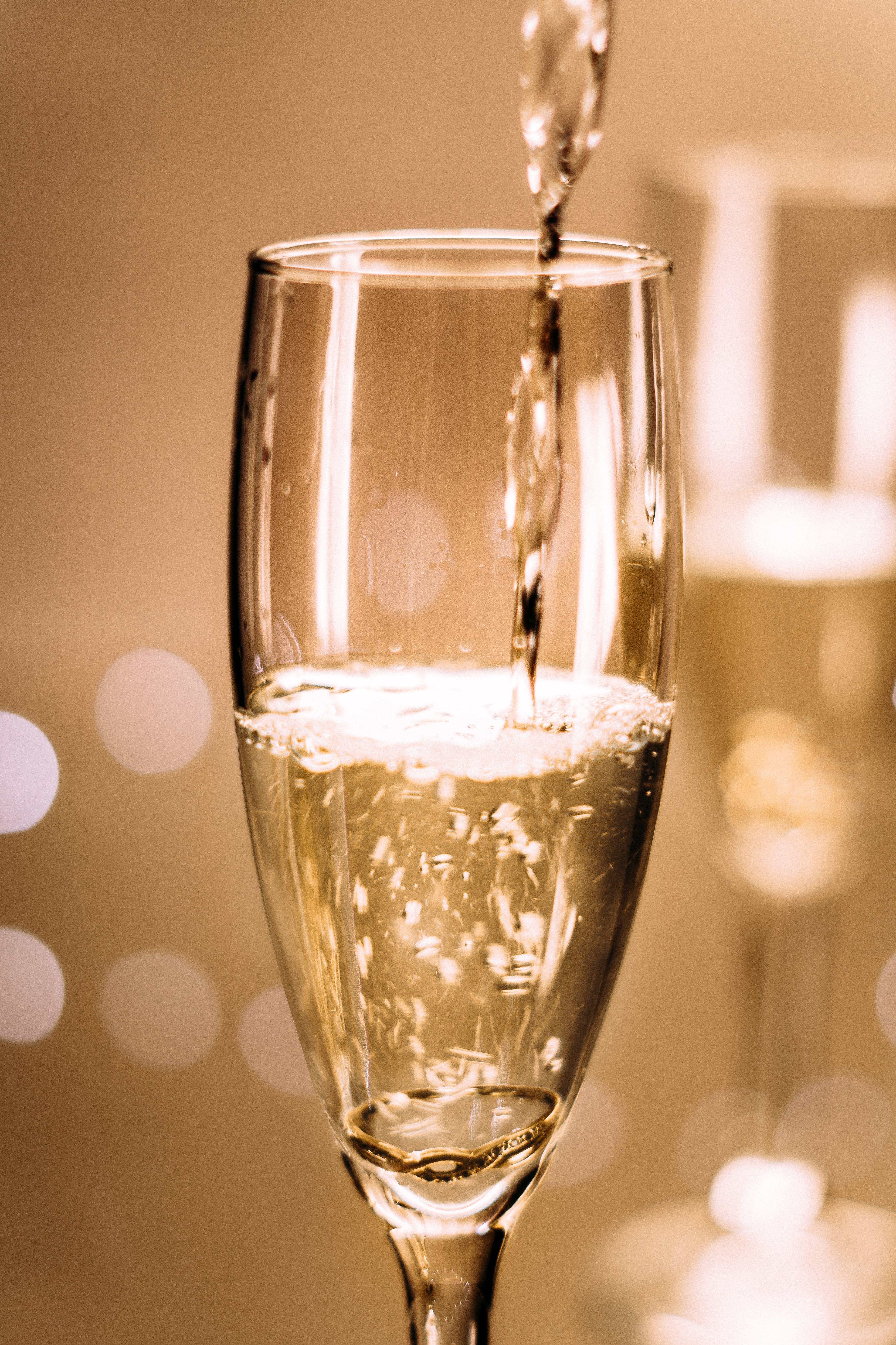 Základová fotografie zdarma na téma lití, pití, šampaňské, sklenice