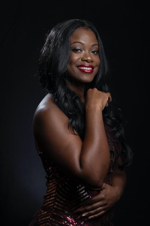afrikansk amerikan kvinna, ansiktsuttryck, ärm