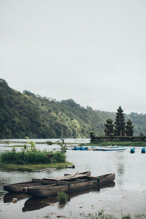 划船在水面上