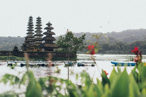 Пагода в окружении озера