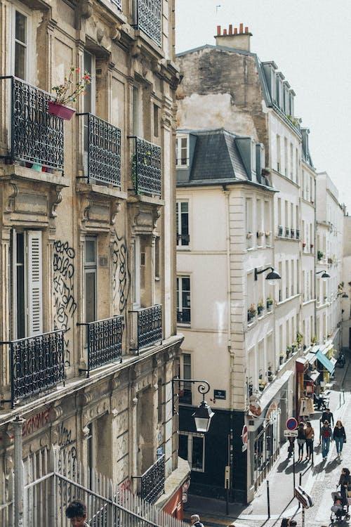 Foto profissional grátis de andando, apartamentos, arquitetura, calçada