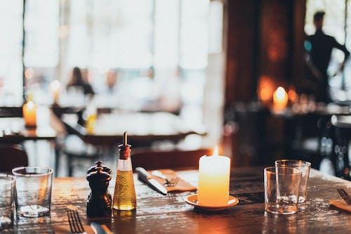 Kostnadsfri bild av bordsservetter, dricksglasögon, dukning, flamma