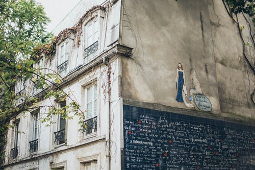 Безкоштовне стокове фото на тему «Windows, архітектура, бетонна стіна, графіті»
