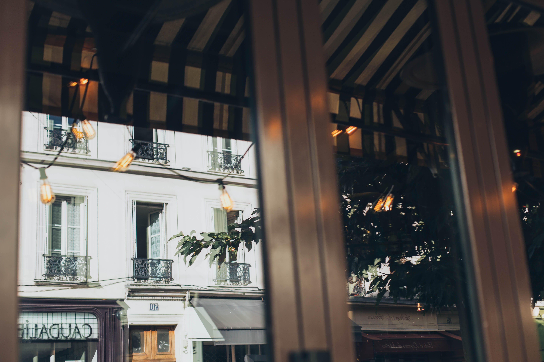 Foto d'estoc gratuïta de arquitectura, articles de vidre, bombetes, carrer