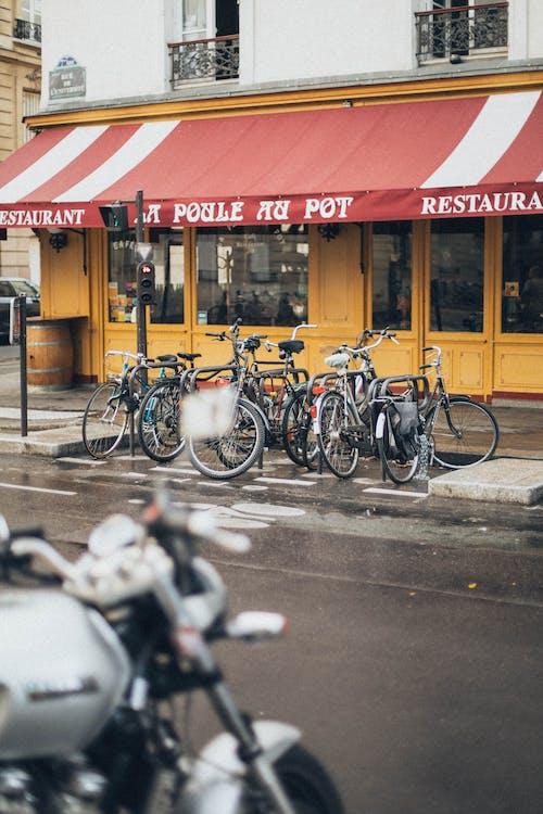 Foto profissional grátis de arquitetura, bicicletas, calçamento, comércio
