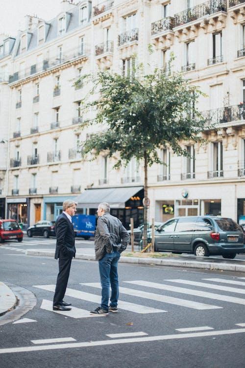 两名男子在行人专用道上互相交谈