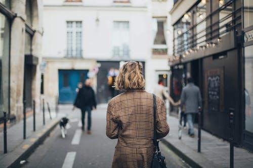 Základová fotografie zdarma na téma brunetka, chodník, dlažba, hloubka ostrosti