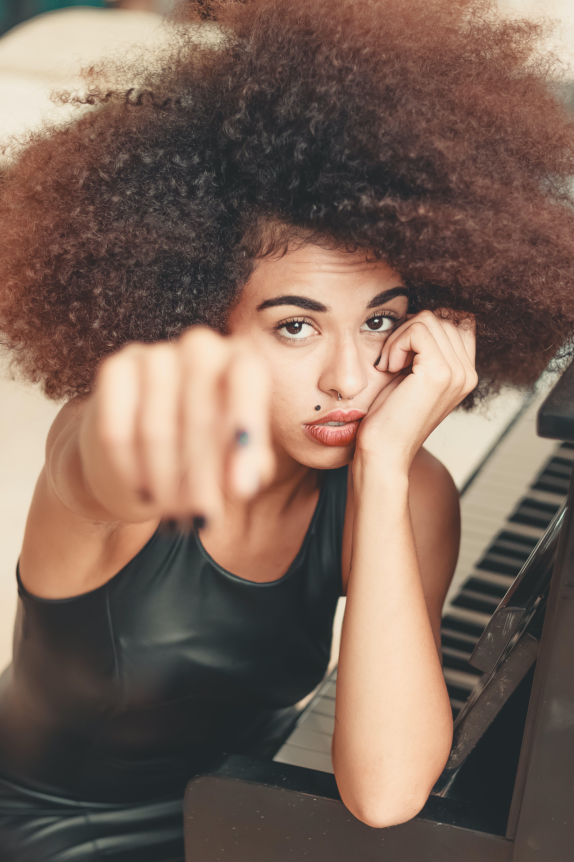 Fotos de stock gratuitas de actitud, adentro, afro, atractivo