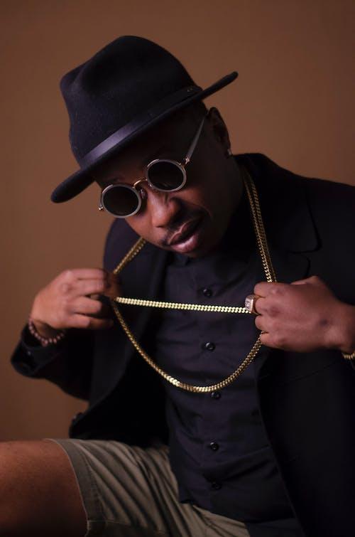 Ilmainen kuvapankkikuva tunnisteilla afroamerikkalainen mies, asento, aurinkolasit, fedora
