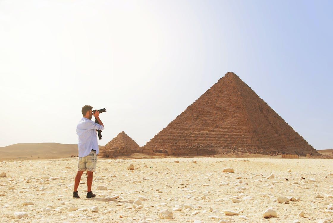 大ピラミッドの写真を撮る男