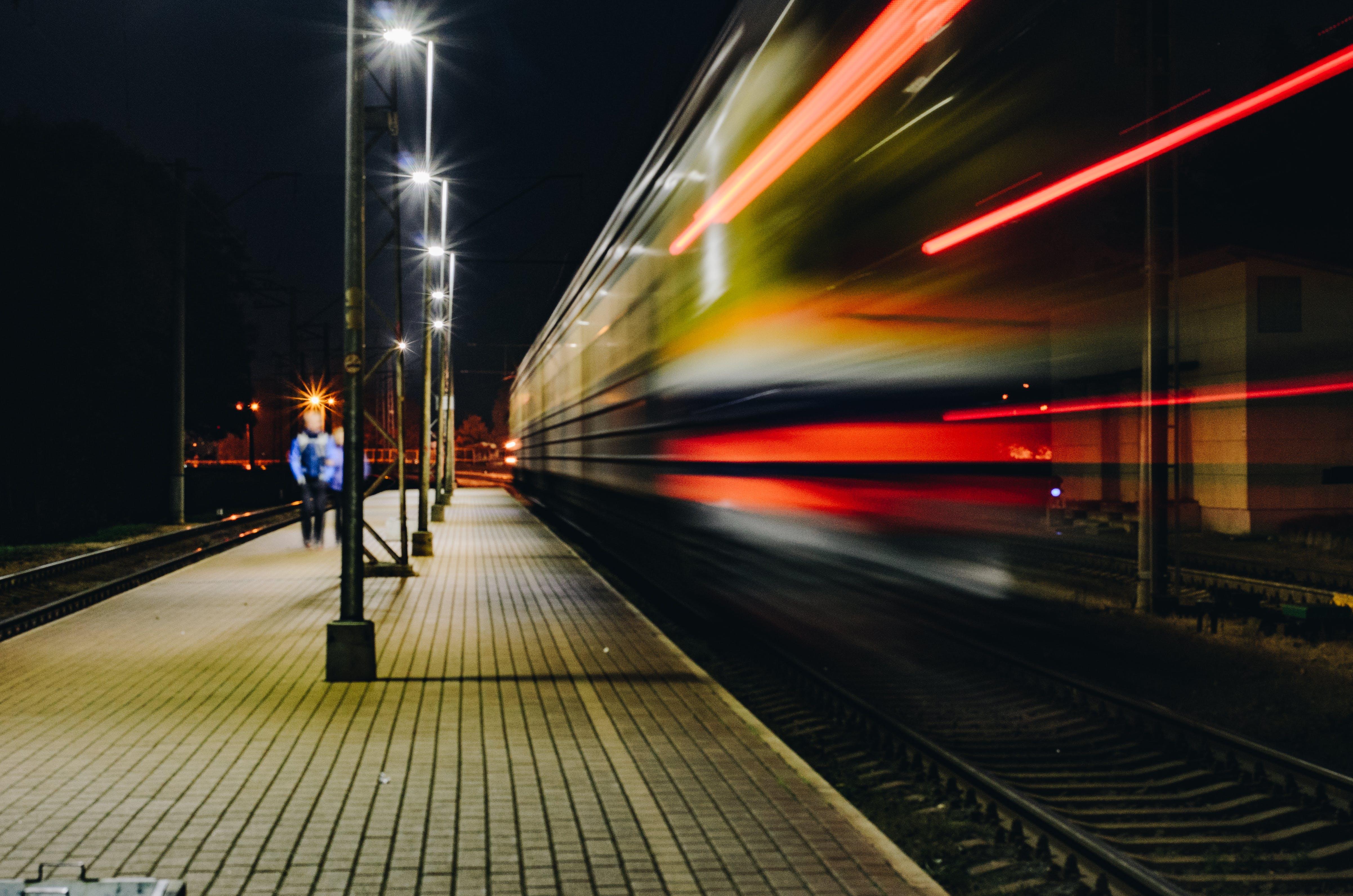 Darmowe zdjęcie z galerii z dworzec kolejowy, długa ekspozycja, noc, pociąg