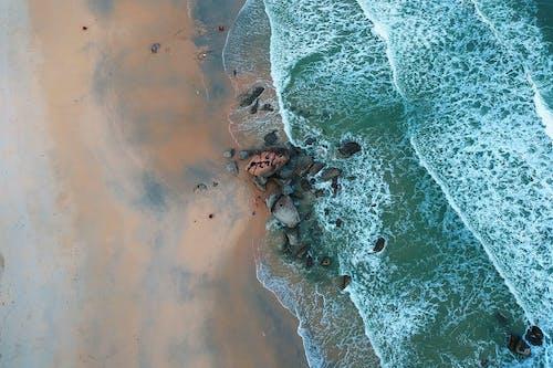 dalgalar, deniz kıyısı, deniz manzarası, geniş açılı çekim içeren Ücretsiz stok fotoğraf