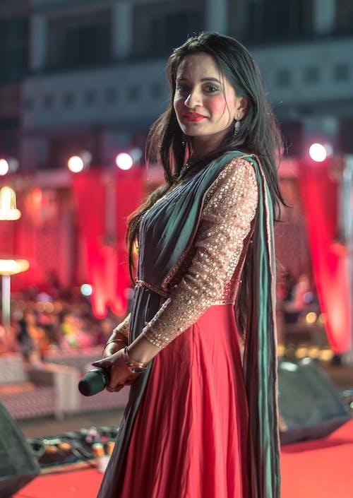 Fotobanka sbezplatnými fotkami na tému dievča, dospelý, indický, mikrofón