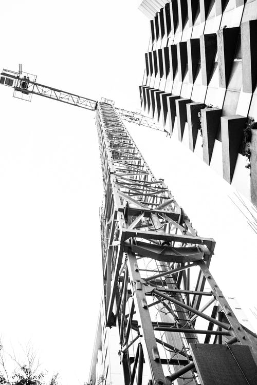 Kostenloses Stock Foto zu architekt, kran, schwarz und weiß, wolkenkratzer