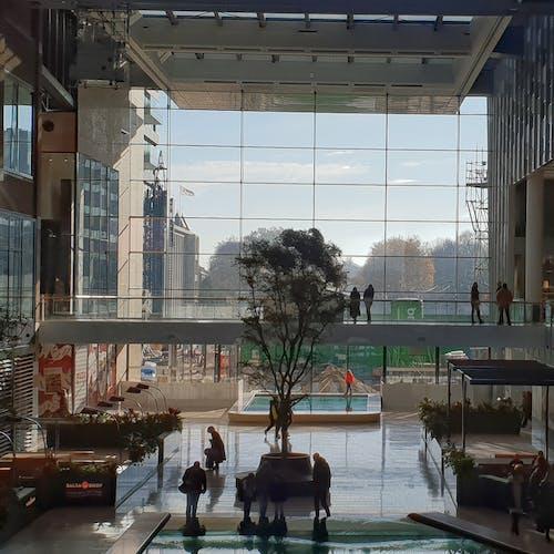 Безкоштовне стокове фото на тему «#building #city #shopping #mall #people #window»