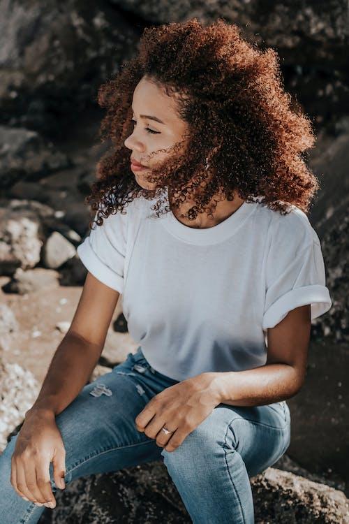Foto d'estoc gratuïta de adolescent, assegut, bonic, cabells arrissats