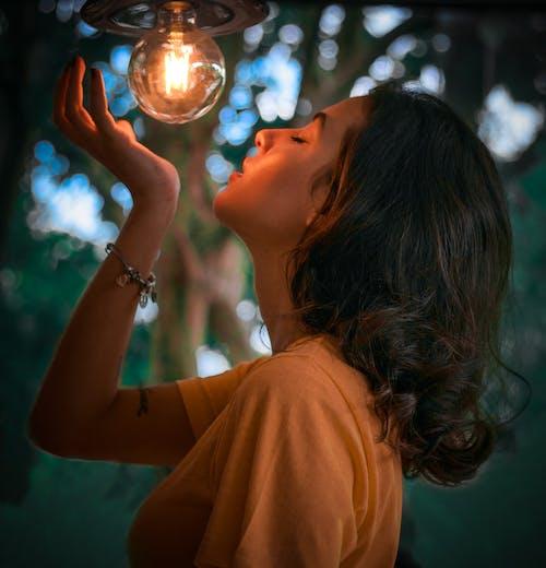 人, 光, 光線, 吊燈 的 免费素材照片