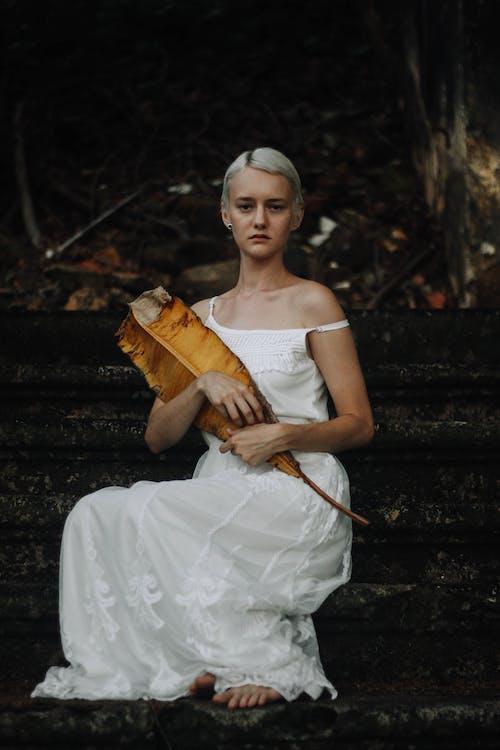 Fotobanka sbezplatnými fotkami na tému banánovníkový list, biele šaty, fotenie, kamenné schodisko
