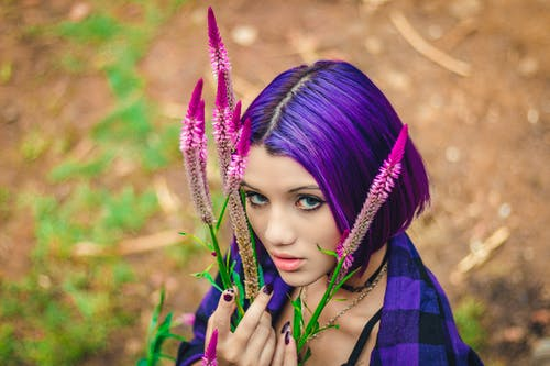 Foto profissional grátis de bonita, cabelo, close, flores lilás