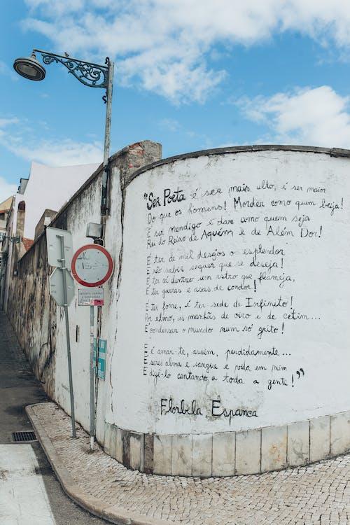 Darmowe zdjęcie z galerii z architektura, chodnik, droga, graffiti