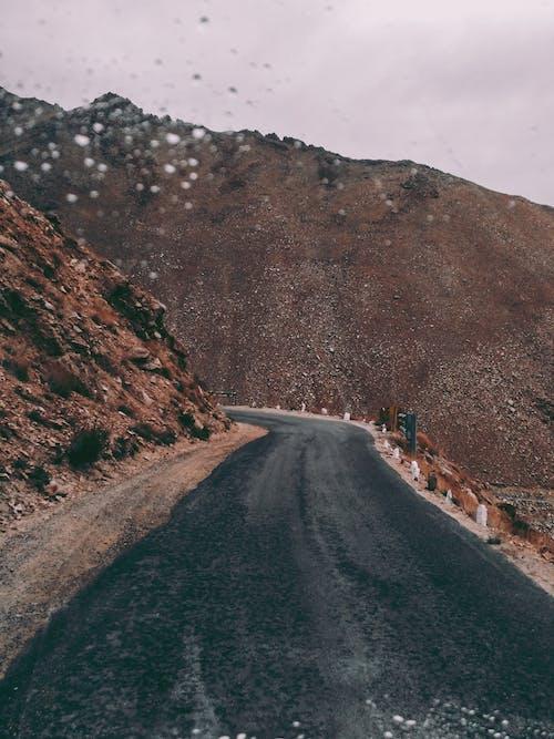 Gratis lagerfoto af asfalt, bjerge, dagslys, græs