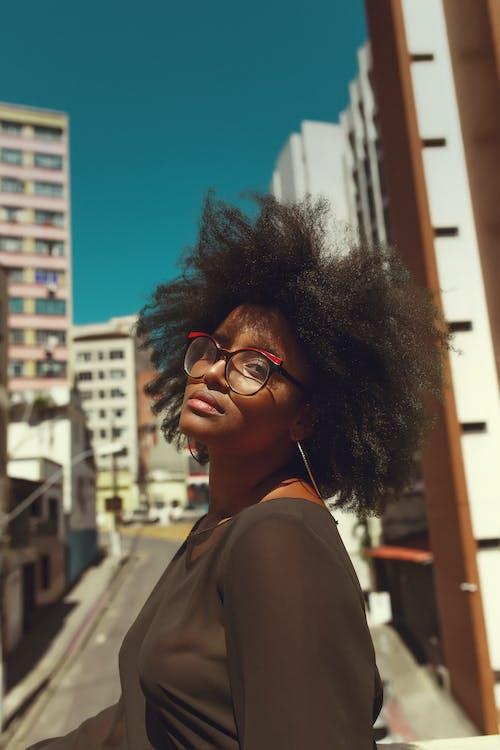 Gratis lagerfoto af afro, ansigtsudtryk, attraktiv, briller