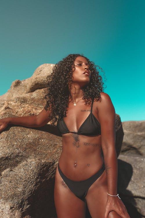 Kostenloses Stock Foto zu afro, badeanzug, beine, bikini