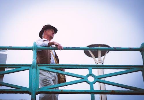 人, 围栏, 帽子, 獨奏 的 免费素材照片