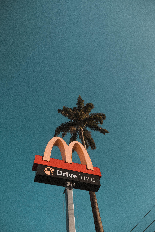 Безкоштовне стокове фото на тему «mcdonalds, блакитне небо, вертикальний, вивіски»
