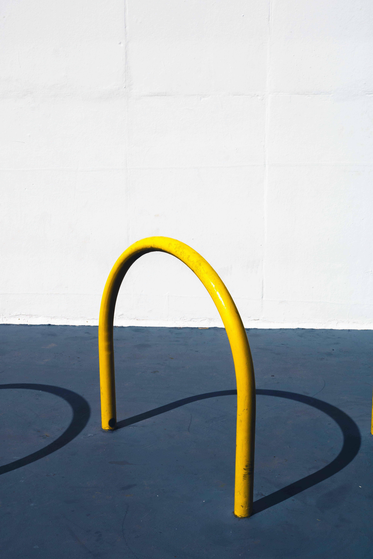 Darmowe zdjęcie z galerii z cienie, kolory, metal, mur