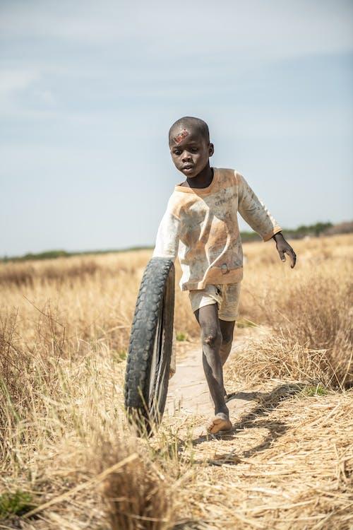 Fotos de stock gratuitas de africano, campo, chaval, jugar
