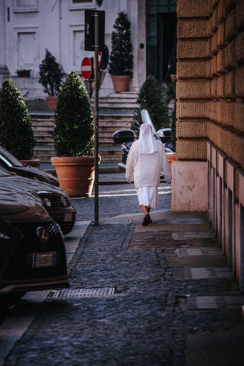 Foto stok gratis berjalan, biarawati, jalan, kaum wanita