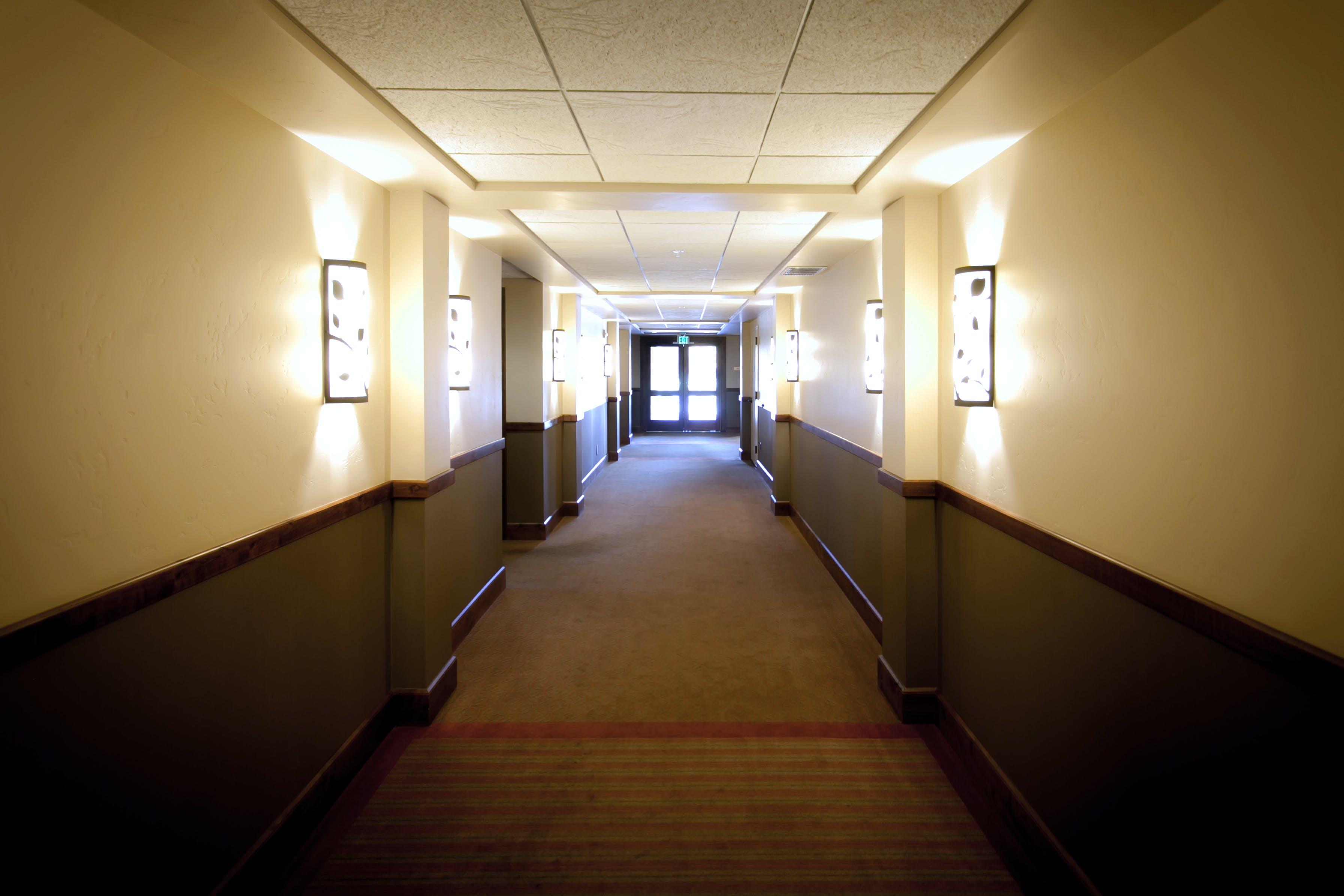 Základová fotografie zdarma na téma chodba, hotel, nástěnné lampy, světla